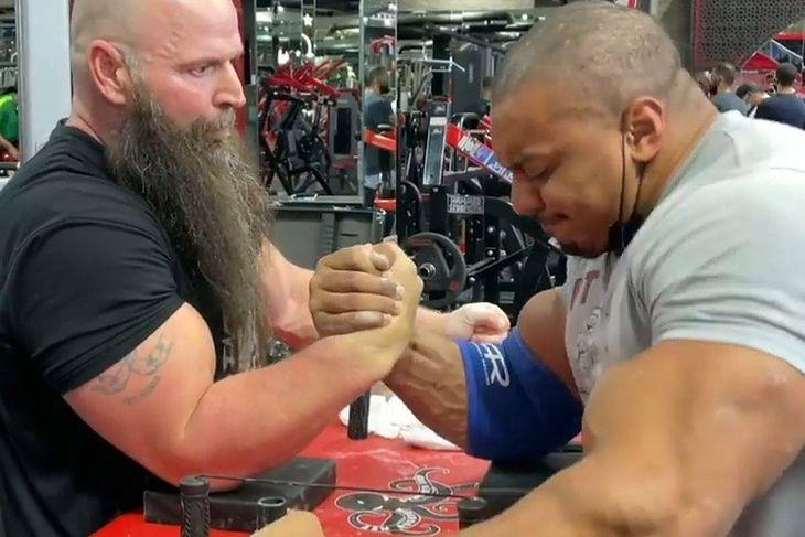 Larry Wheels siłuje się na rękę z Michaelem Toddem