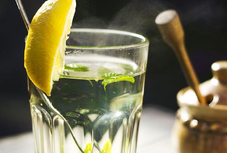 Ciepła woda z cytryną dobrze nawadnia organizm