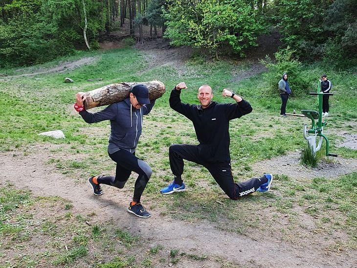 Na wakacjach trening można wykonać wszędzie - np. w lesie, korzystając z drzew, gałęzi czy pieńków