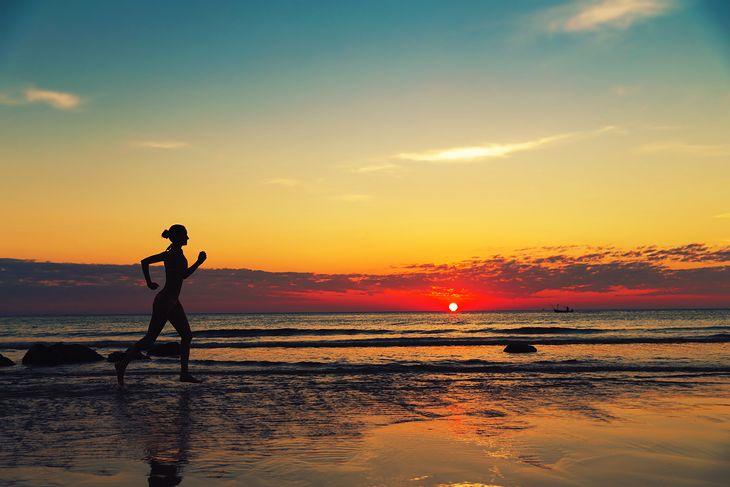 Bieg przy zachodzie słońca