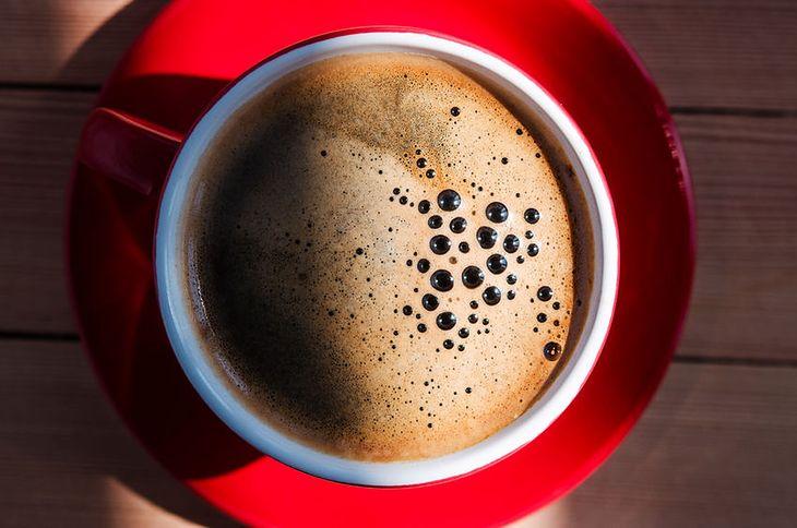 Nie powinniśmy pić kawy tuż po przebudzeniu