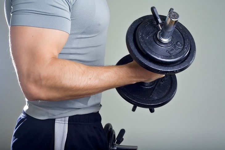 Mężczyzna trenujący biceps