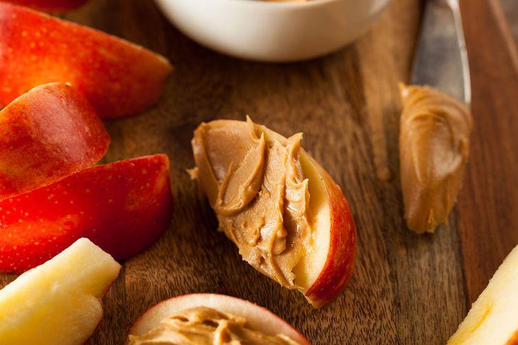Jabłko z masłem orzechowym