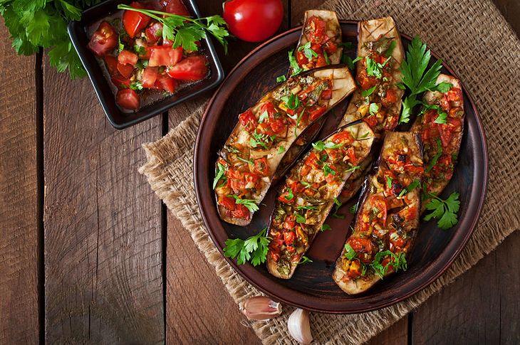 Bakłażany z pomidorami i czosnkiem