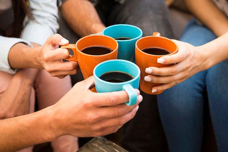 Toast kubkiem kawy