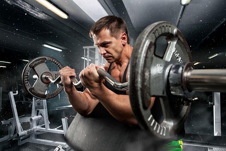 Mężczyzna ćwiczy na siłowni