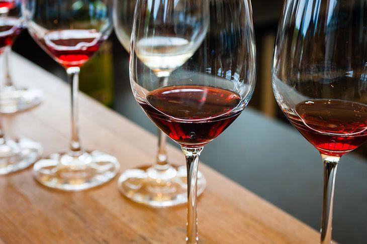 Nadmiar wina ma niekorzystny wpływ na skórę