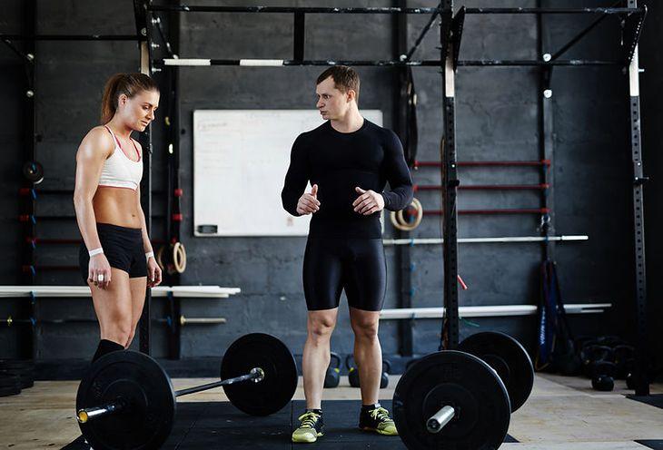 Trener z ćwiczącą kobietą