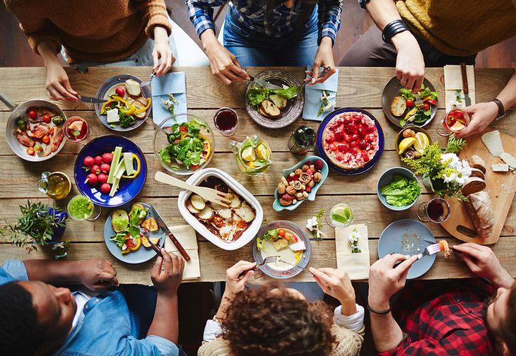 Grupa przyjaciół przy stole