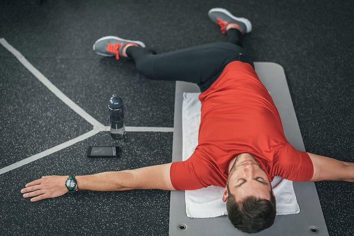 Skręty obustronne w pozycji leżącej z przenoszeniem nóg na przemian