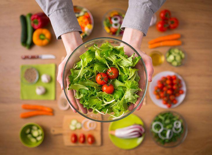 Kobieta z brownie i 9 zasad zdrowych nawyków żywieniowych, które powinieneś wdrożyć w życie.