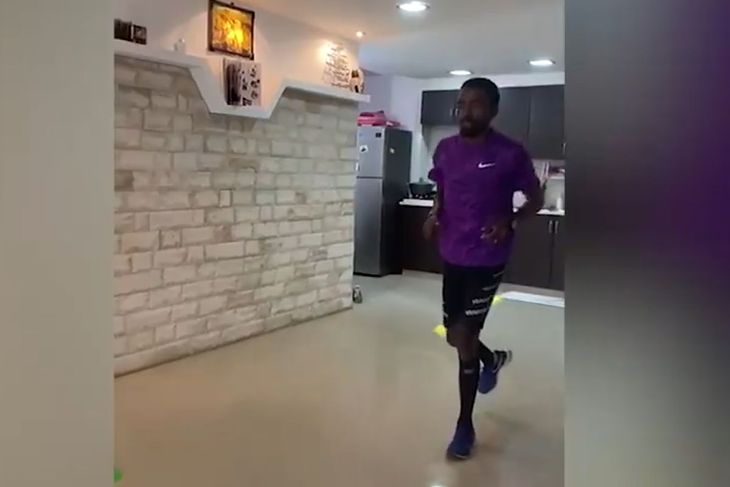 Na zdjęciu: Izraelczyk biegnie maraton w salonie