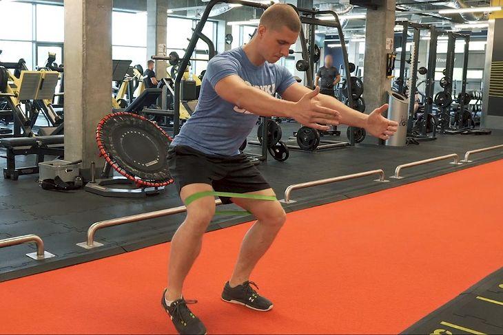 Ćwiczenia z gumami mini band mogą być jednym z elementów rozgrzewki