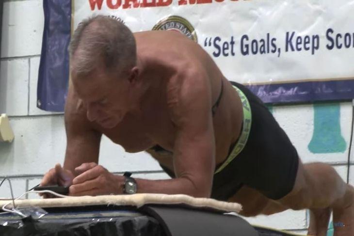 George Hood w trakcie ustanawiania rekordu w planku