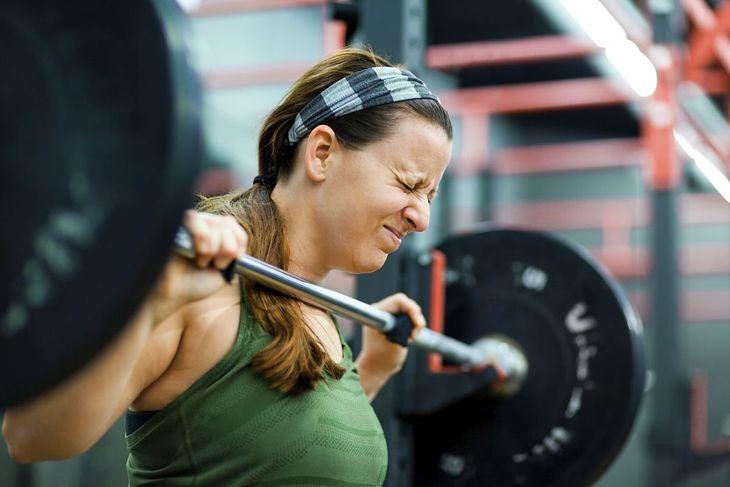 Kobieta wykonująca trening siłowy