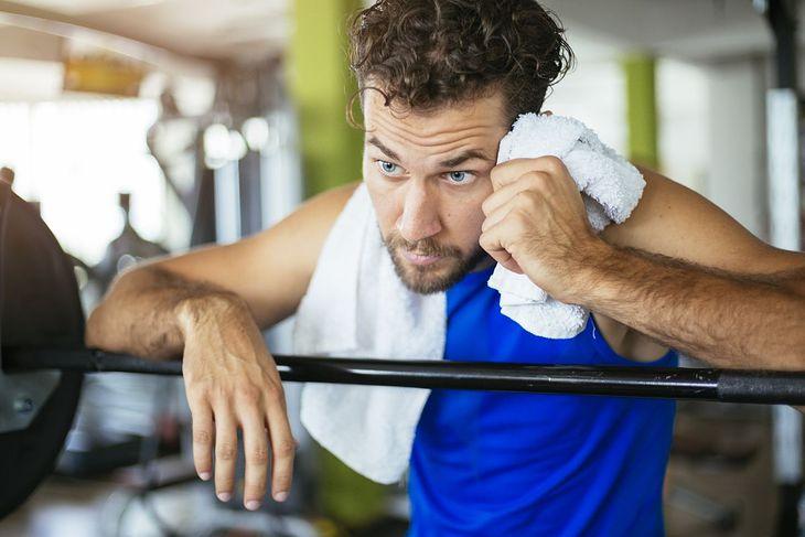 Mężczyzna zmęczony po treningu