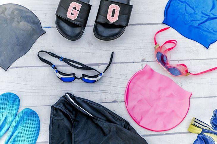 Czepek, okulary czy klapki to niezbędny ekwipunek na basen