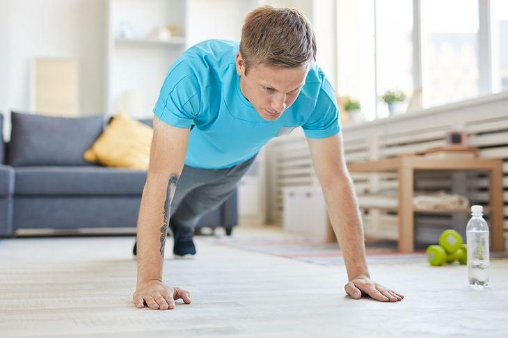 Pompki to podstawowy element treningu opartego o kalistenikę w domu