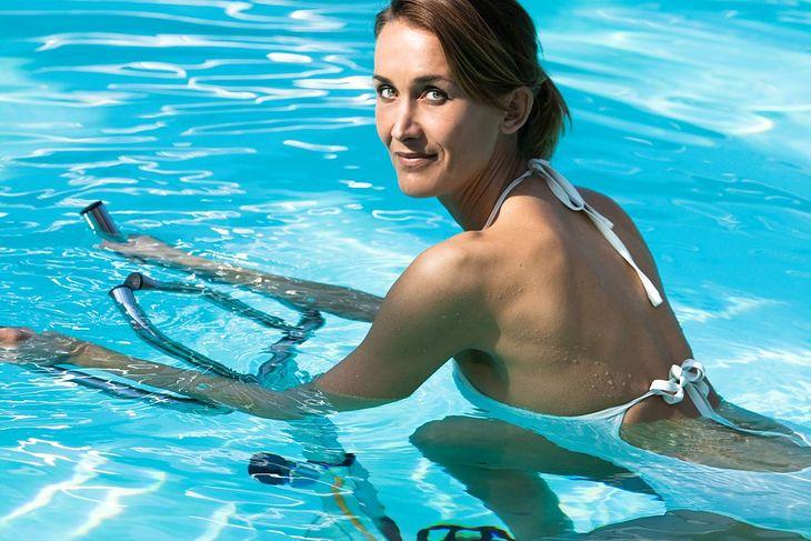 Kobieta uprawiająca aqua spinning