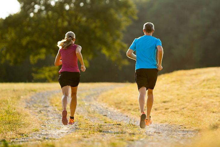 Kobieta i mężczyzna uprawiający bieganie