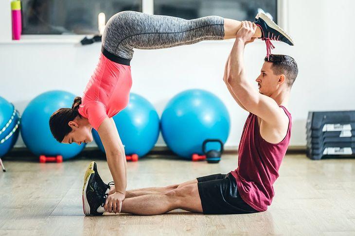 Na zdjęciu: para ćwicząca jogę
