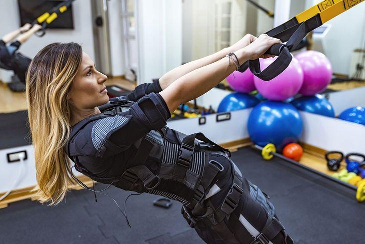 W treningu EMS zakładasz specjalną kamizelkę, dzięki której prąd będzie stymulować mięśnie