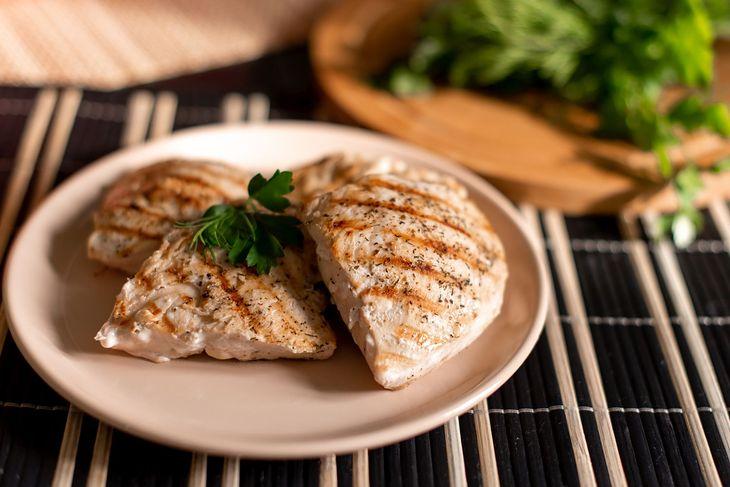 Pierś z kurczaka w ziołach to popularne danie w diecie białkowej