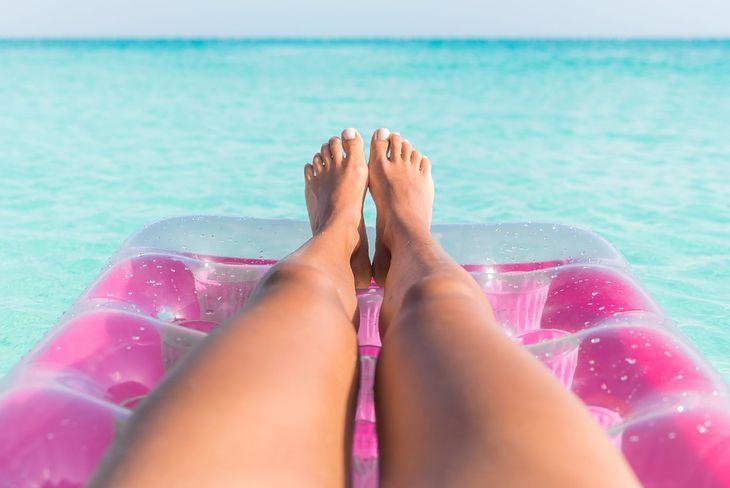 Przed wyborem materaca do pływania warto zwrócić na kilka ważnych aspektów