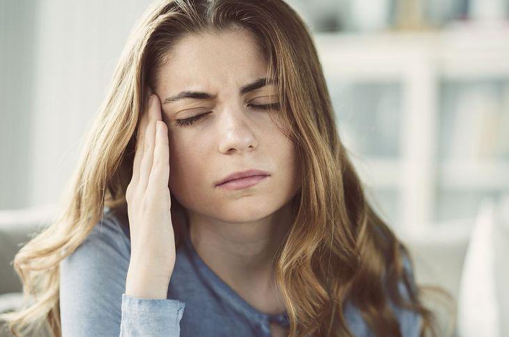 Kobieta cierpiąca na migrenę