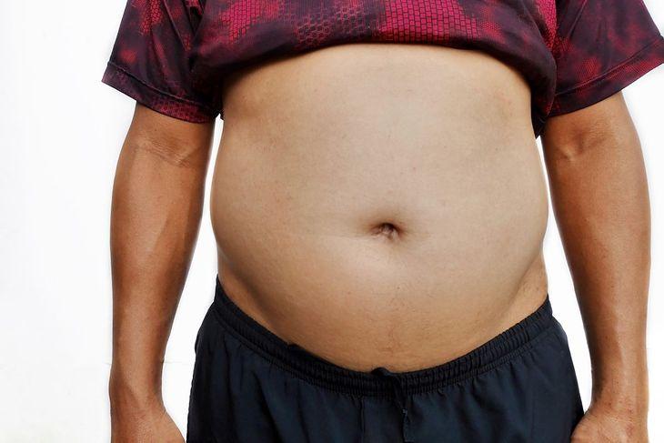Brzuch stresowy u mężczyzn zaczyna się pod klatką piersiową
