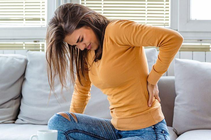 Protruzja krążka międzykręgowego objawia się m.in. bólem w odcinku lędźwiowym