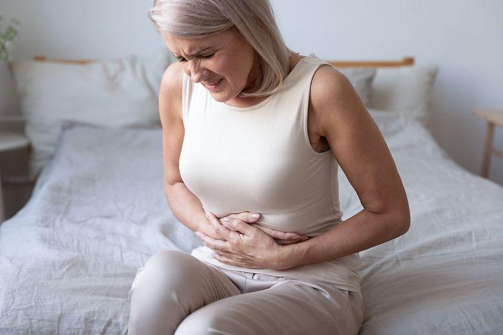 Wrzody żołądka objawiają się m.in. silnym bólem brzucha