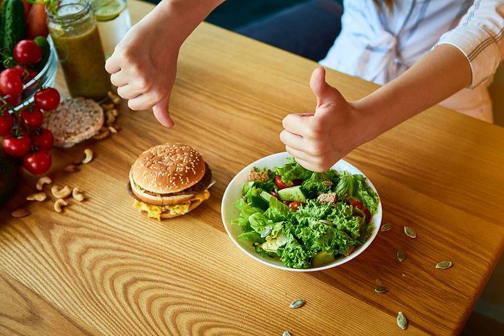 Na diecie niskotłuszczowej zamiast fast foodów wybierz warzywa i owoce