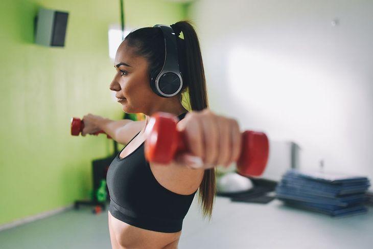 Kobieta ćwicząca z hantlami (zdjęcie ilustracyjne)
