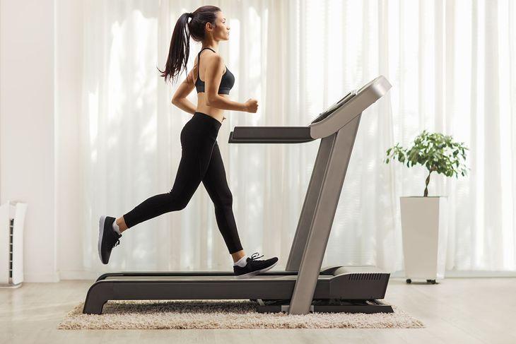 Домашняя беговая дорожка - отличная идея для людей, которые не любят бегать на морозе или в смоге.