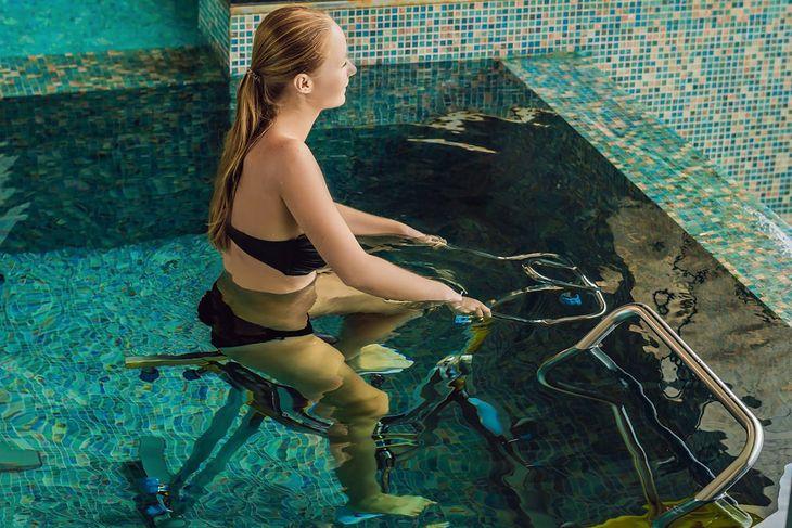 Kobieta trenująca aquacycling