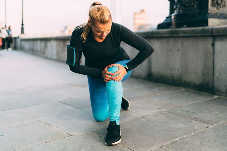 Kobieta z bolącym kolanem (zdjęcie ilustracyjne)