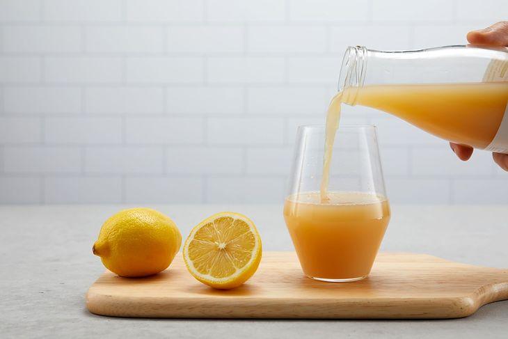 Dieta cytrynowa zakłada picie soku z cytryny przed każdym posiłkiem