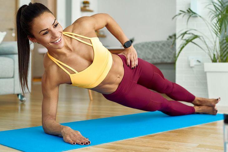 Deska bokiem (side plank) to dobre ćwiczenie na mięśnie skośne brzucha