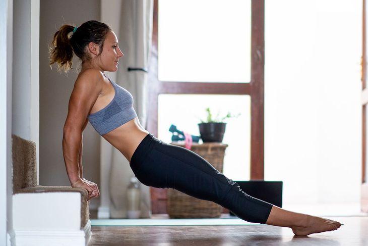 Kobieta wykonująca ćwiczenia na triceps (zdjęcie ilustracyjne)