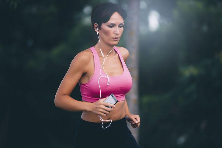 Muzyka motywacyjna przydaje się np. podczas treningu biegowego