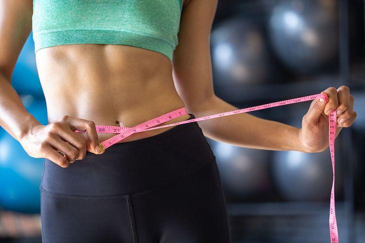 W utrzymaniu płaskiego brzucha pomoże odpowiednia dieta oraz aktywność fizyczna