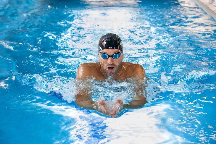 Na zdjęciu: pływak płynący stylem klasycznym