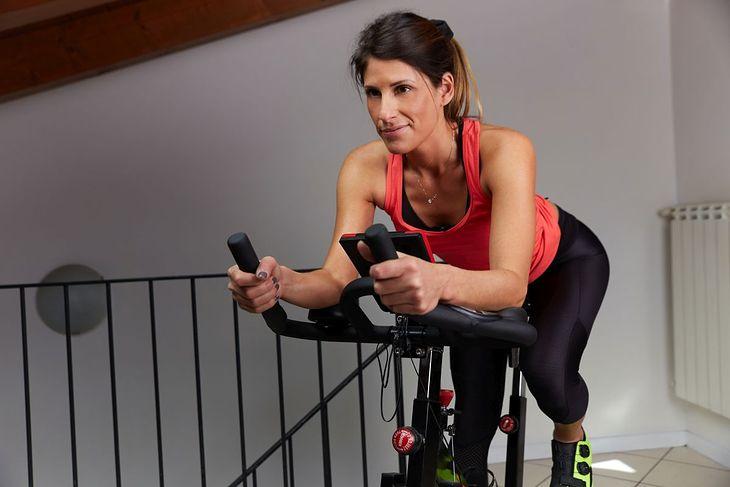 Trening na rowerze stacjonarnym można wykonać w domu albo na siłowni