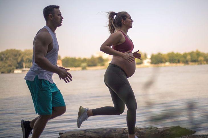 Kobieta w ciąży biegająca z partnerem