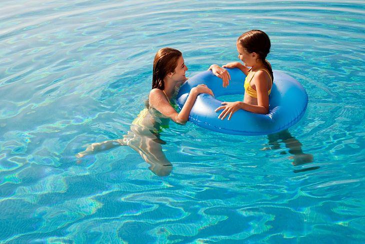 Koło do pływania dla dzieci przyda się na basenie i w morzu
