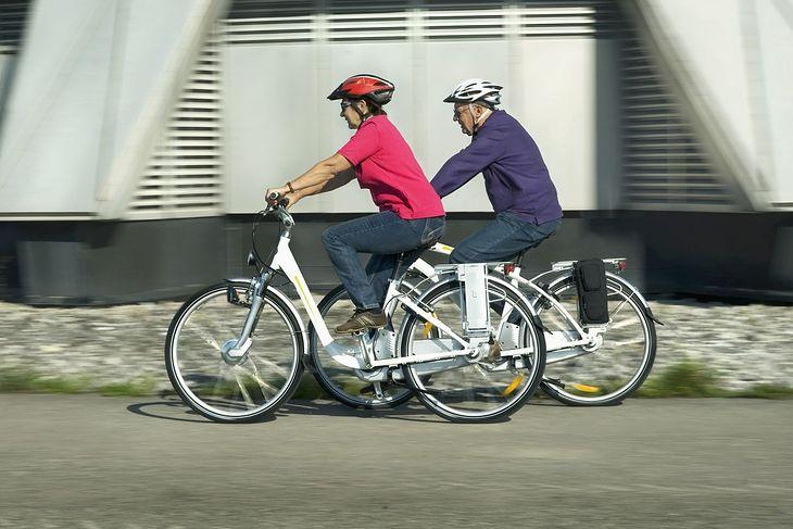 Para seniorów na rowerach elektrycznych
