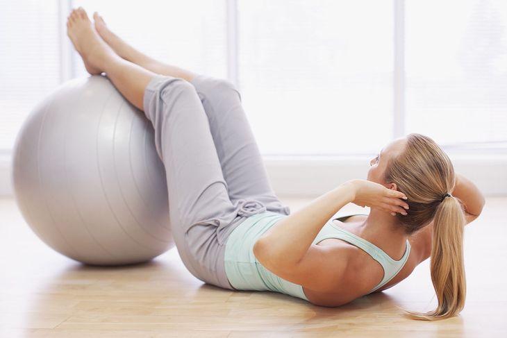 Brzuszki to przykład ćwiczenia z piłką na brzuch