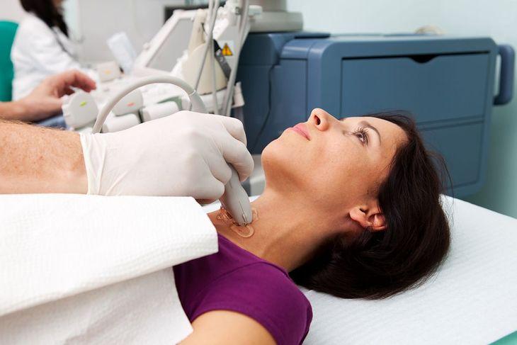 Choroba Hashimoto skutkuje przewlekłym zapaleniem tarczycy