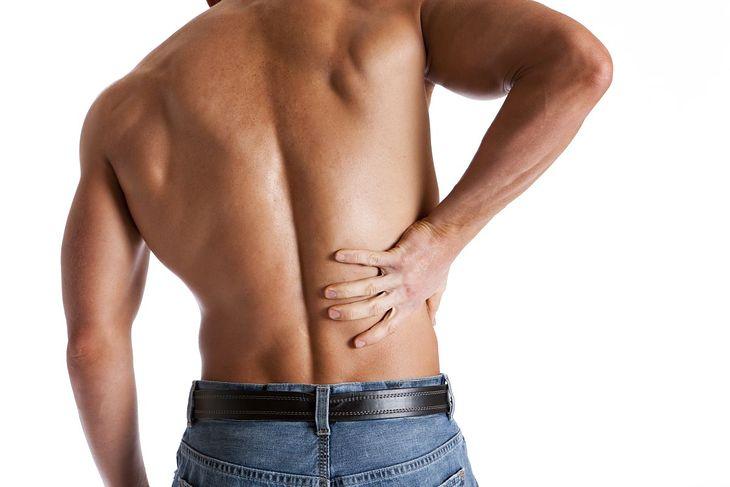 Rwa kulszowa objawia się silnym bólem kręgosłupa w okolicy lędźwiowej